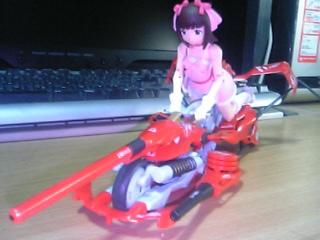 バイクに乗る春香